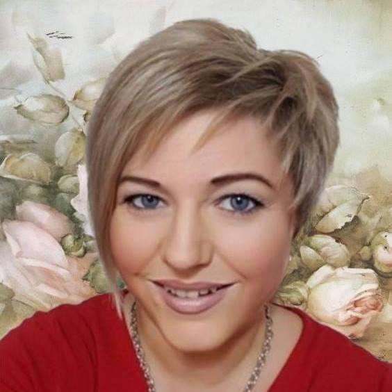 Lächelnde Frau mit kurzen blonden Haaren