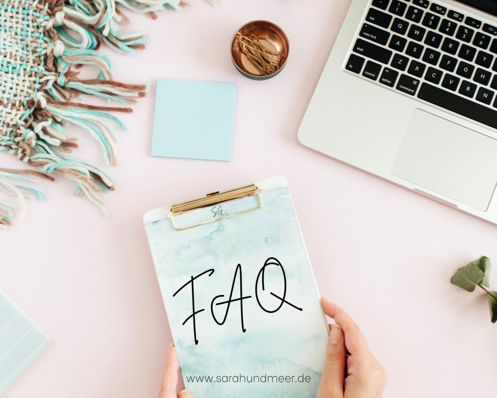 Klemmbrett mit dem Text FAQ auf einem Schreibtisch